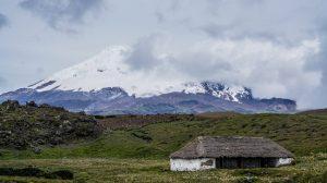 Blog_Humboldt2020_Tag 25_Bild 1_Humboldts Hütte mit dem Vulkan Antisana im Hintergrund (c) Antigoni Chrysostomou