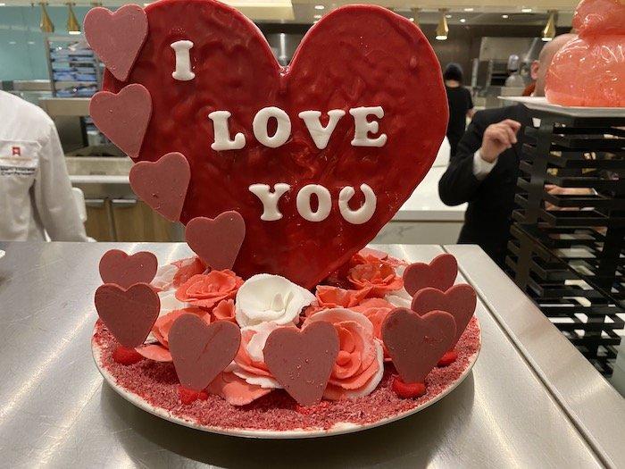 Heute ist Valentinstag. Und die Köche, vor allem die Patissiers, überbieten sich mit romantischen Kunstwerken aus viel Zucker