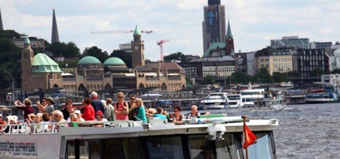 Aufmacher_070_(c)_Bergedorfer Schifffahrtslinie_Die Serrahn Queen vor den Landungsbrücken